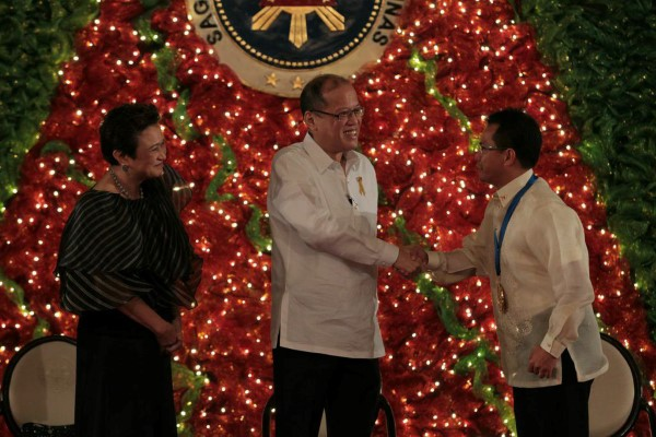 Roderick dela Cruz, an engineer with Southern California Edison and a University of Redlands alumnus is thanked by Philippine President Benigno Aquino III for his work in dam safety.